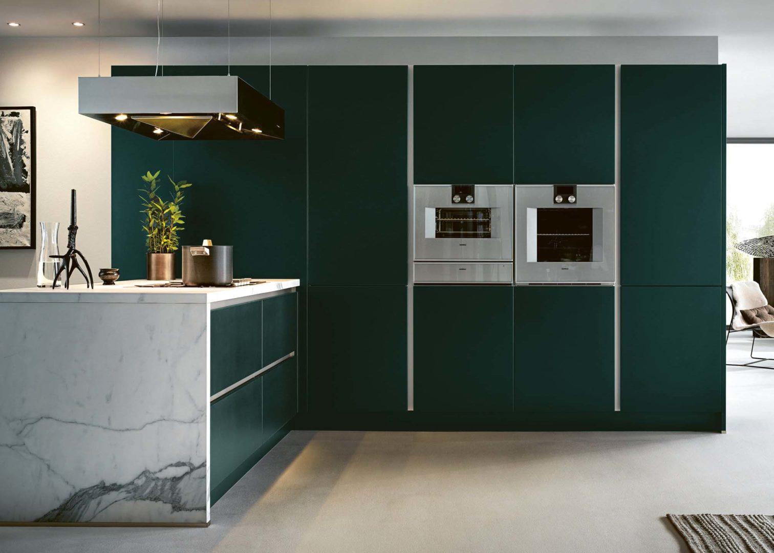 next125 küche mit kochinsel in marmor und dunkelgrün