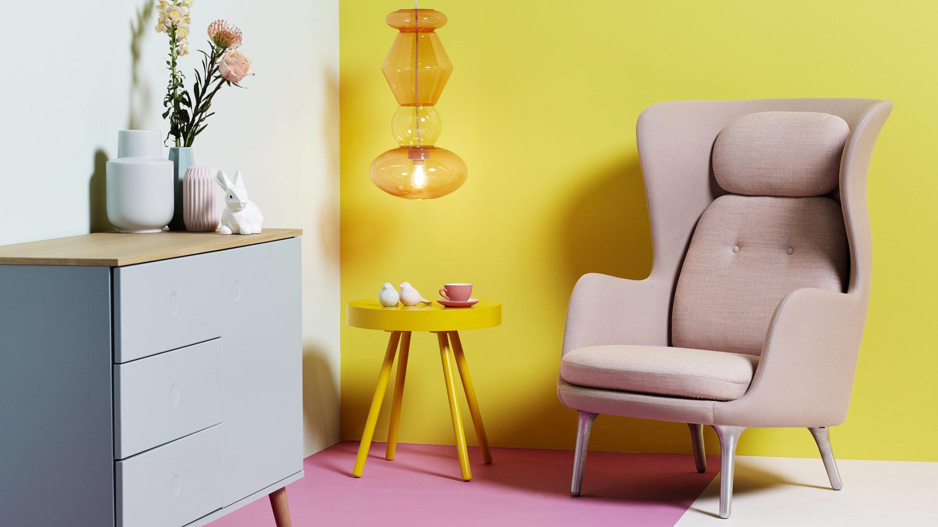 Fatboy Wohnzimmer mit Candyofnie Pendelleuchte und Beistelltisch in gelb